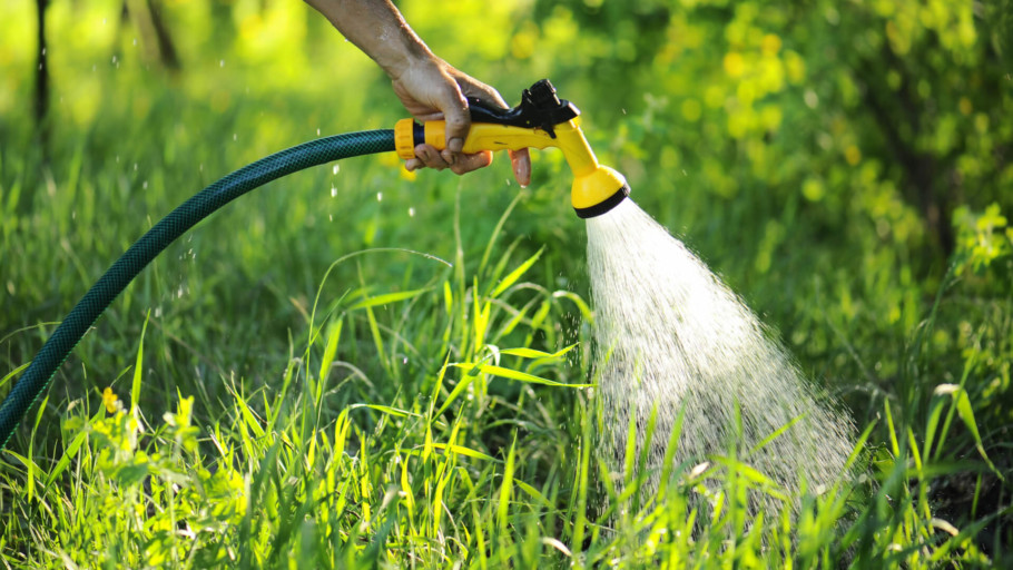 Garden Hose Nozzles – Our Top 9 Picks to Spray Further and Save On Water